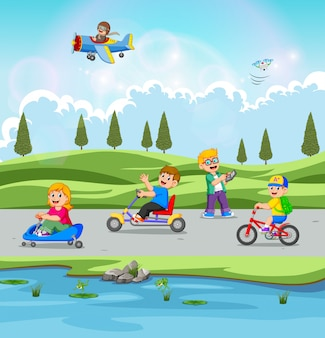 As crianças estão brincando e andando de bicicleta com a bela vista
