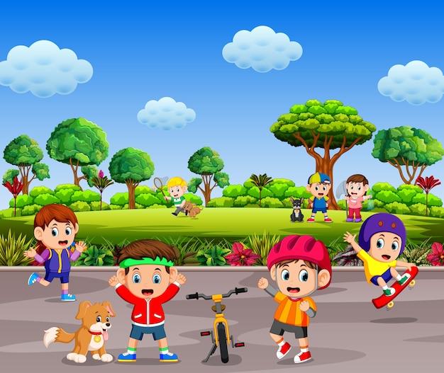 As crianças estão brincando e fazendo desporto juntos na estrada