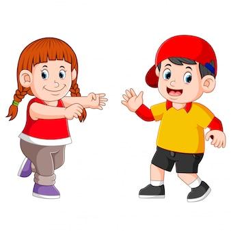 As crianças estão dançando juntos com o rosto feliz