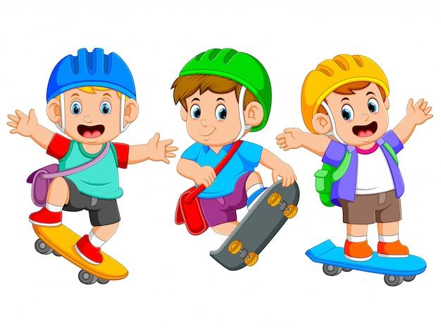 As crianças estão jogando o skate com o diferente posando