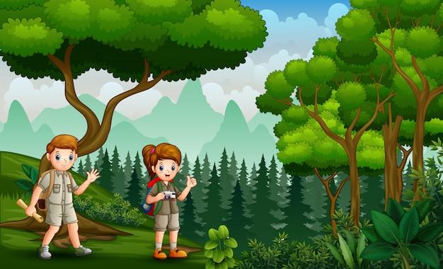 As crianças explorador na paisagem da natureza