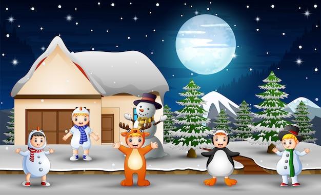 As crianças gostam de usar trajes diferentes no inverno