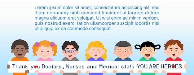 As crianças seguravam uma placa com uma mensagem agradecendo e elogiando os médicos, enfermeiros e equipe médica que trabalhavam no hospital e brigavam com o coronavírus (covid-19)