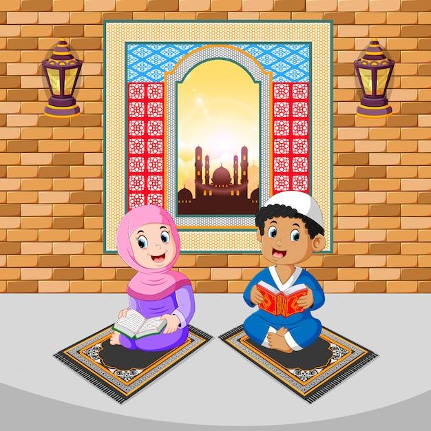 As duas crianças estão lendo e orando com o rosto feliz no ramadã
