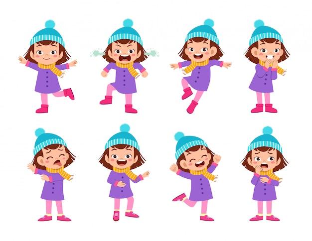 As expressões infantis usam roupas de inverno para o outono