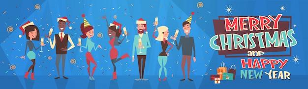 As pessoas celebram feliz natal e feliz ano novo homens e mulheres usam santa chapéus holiday eve festa conceito