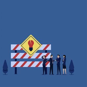 As pessoas discutem na frente da metáfora da placa de sinal do beco sem saída. ilustração de conceito plana de negócios.