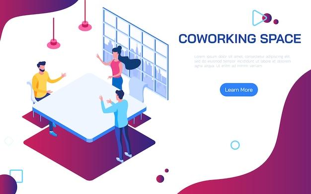 As pessoas discutindo idéias para o plano de negócios no espaço de trabalho compartilhado ambiente de trabalho compartilhado.