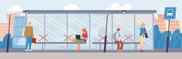 As pessoas na máscara mantêm distância social no ponto de ônibus