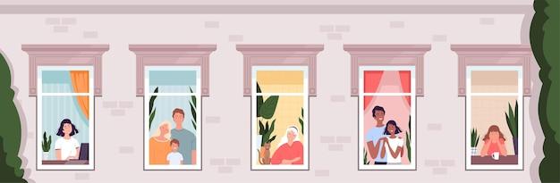 As pessoas olham pelas janelas da casa