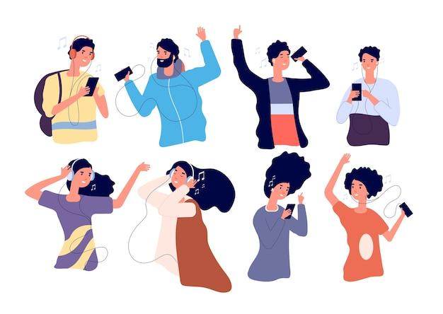 As pessoas ouvem música com fones de ouvido. homens e mulheres jovens felizes com fones de ouvido e personagens de desenhos animados isolados de smartphone.