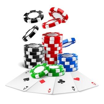 Ases deitados perto de fichas realistas ou cartas de jogar de diferentes naipes e pilha de fichas 3d de jogo caindo.