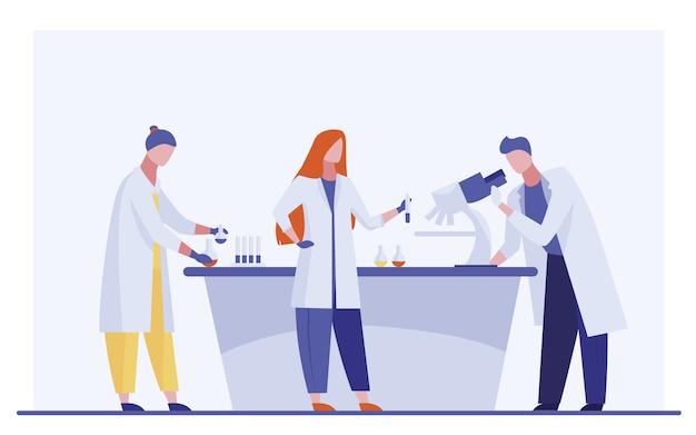 Assistentes de laboratório fazendo pesquisas