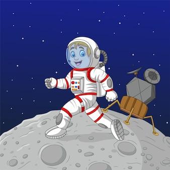 Astronauta de menino dos desenhos animados andando na lua