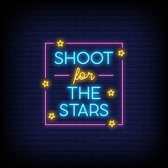 Atire nas estrelas para pôster em estilo neon. inspiração de citação moderna em estilo neon.