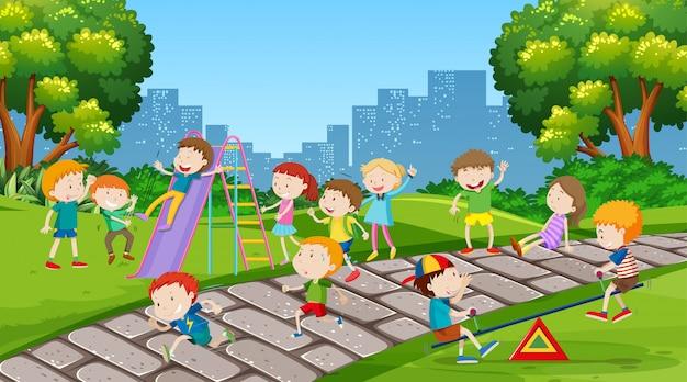Ativas crianças brincando na cena ao ar livre