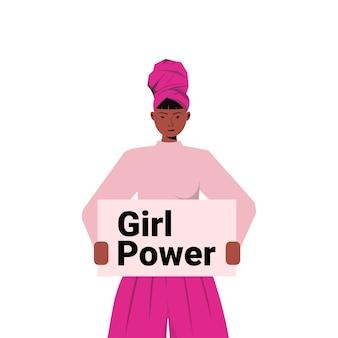 Ativista garota afro-americana segurando pôster movimento de capacitação feminina mulheres poder conceito retrato ilustração vetorial