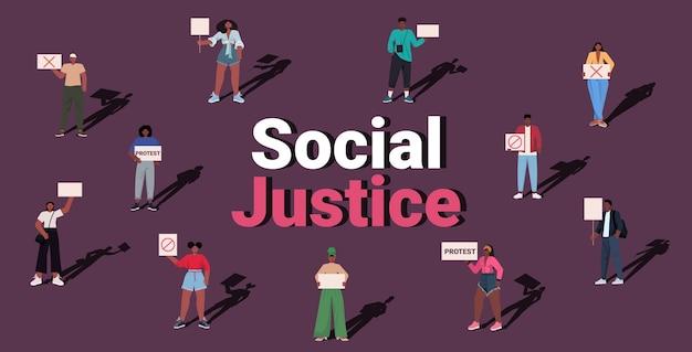 Ativistas afro-americanos segurando cartazes pare o racismo igualdade racial justiça social pare o conceito de discriminação horizontal