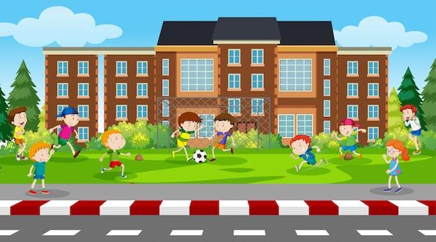 Ativo crianças brincando na cena ao ar livre