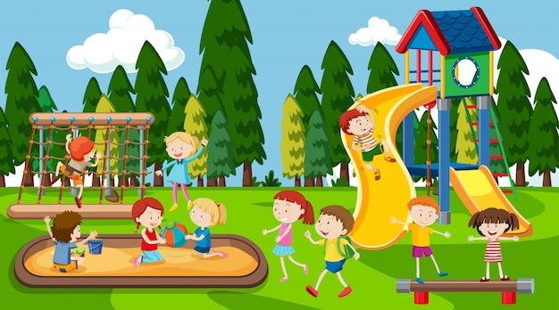 Ativos meninos meninas e amigos brincando ao ar livre