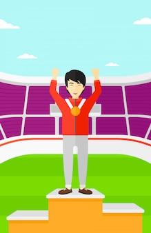 Atleta com medalha e mãos levantadas.