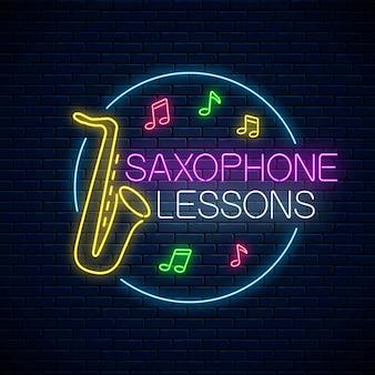 Aulas de saxofone de néon brilhante pôster ou modelo de banner. folheto publicitário de treinamento de instrumento musical com moldura circular em estilo neon na parede de tijolo escuro