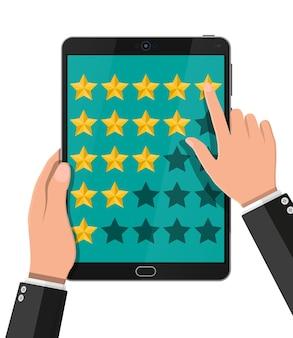 Avaliação de aplicativo no dispositivo móvel. avaliações de cinco estrelas. testemunhos, classificação, feedback, pesquisa, qualidade e revisão. ilustração vetorial em estilo simples