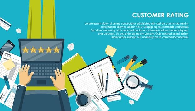 Avaliação do cliente com laptop e café
