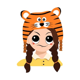 Avatar de menina com emoções de cara desconfiada e descontente com chapéu de tigre. gracinha com expressão irritada em fantasia de carnaval para ano novo, natal e férias. cabeça de criança adorável