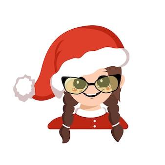 Avatar de menina com olhos grandes e óculos, sorriso largo e feliz no chapéu de papai noel vermelho. gracinha com uma cara alegre em um traje festivo para o ano novo e o natal. cabeça de criança adorável com emoções alegres
