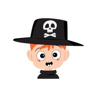 Avatar de menino com cabelo ruivo e emoções em pânico, rosto surpreso, olhos chocados no chapéu com caveira. a cabeça de uma criança. decoração de festa de halloween