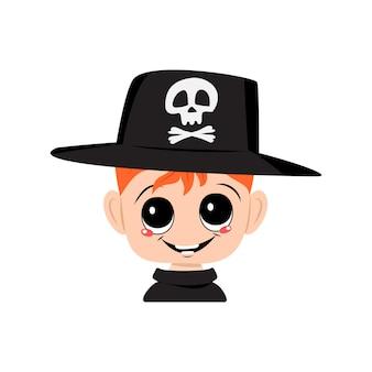 Avatar de um menino de cabelos ruivos, olhos grandes e um sorriso largo e feliz usando um chapéu com uma caveira. a cabeça de uma criança com um rosto alegre. decoração de festa de halloween