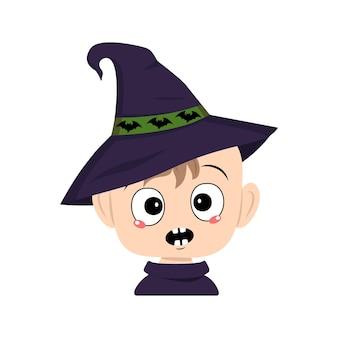 Avatar de uma criança com emoções em pânico surpreso rosto chocado olhos em um chapéu pontudo de bruxa com morcegos t ...