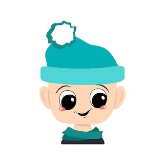 Avatar de uma criança com olhos grandes e um sorriso largo e feliz em um chapéu azul com um pompom. cabeça de criança com rosto alegre