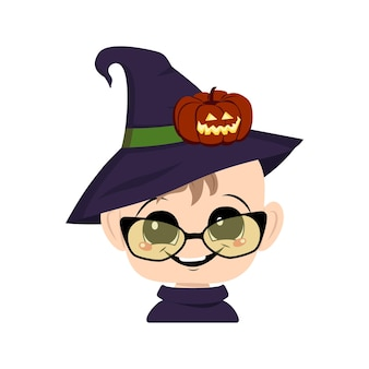 Avatar de uma criança com olhos grandes e um sorriso largo e feliz em um chapéu pontudo de bruxa com abóbora. a cabeça de uma criança com um rosto alegre. decoração de festa de halloween