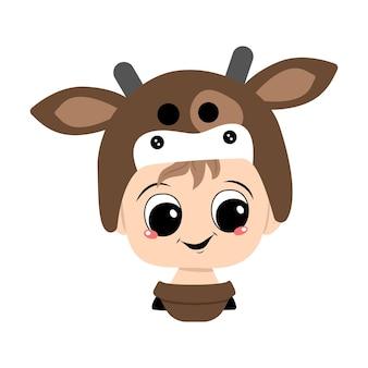 Avatar de uma criança com olhos grandes e um sorriso largo e feliz usando um chapéu de vaca. cabeça de uma criança fofa com um rosto alegre