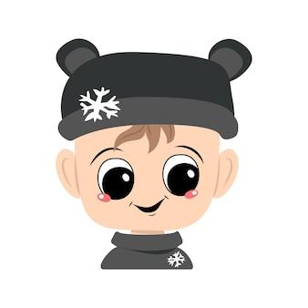 Avatar de uma criança com olhos grandes e um sorriso largo em um chapéu de urso com um floco de neve. um lindo garoto com um rosto alegre em um cocar outonal ou de inverno. cabeça de bebê adorável com emoções felizes