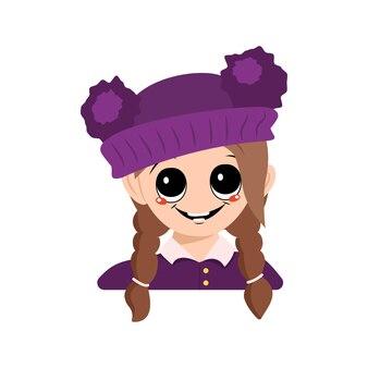 Avatar de uma menina com olhos grandes e um sorriso largo e feliz em um chapéu roxo com um pompom. cabeça de criança com rosto alegre