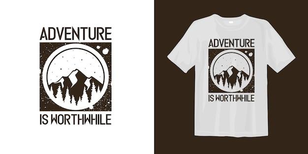Aventura vale a pena camiseta com logotipo de montanha de silhueta