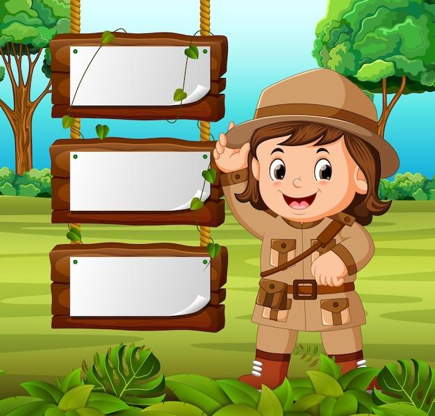 Aventureiro jovem com fundo de madeira em branco