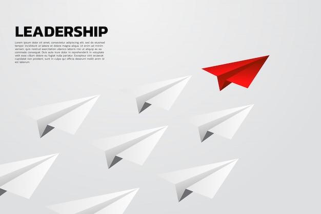 Avião de papel de origami vermelho líder grupo de branco
