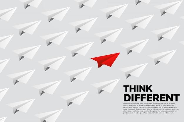 Avião de papel origami vermelho no grupo de branco