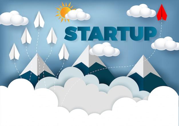 Avião de papel são a concorrência para o destino até o céu ir para o objetivo de sucesso