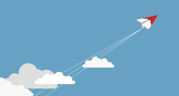 Aviões de papel voando de nuvens no céu azul