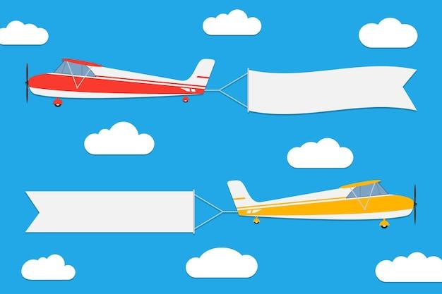 Aviões voando com banners conjunto de aeronaves com fitas de publicidade no fundo do céu azul