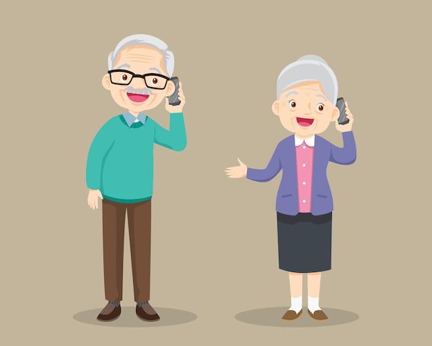 Avô e avó falando ao celular. avô falando no telefone móvel.
