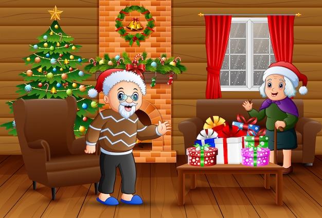 Avós está comemorando um natal na sala de estar