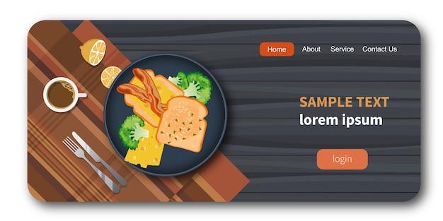 Bacon, queijo, pão em um prato com legumes saudáveis