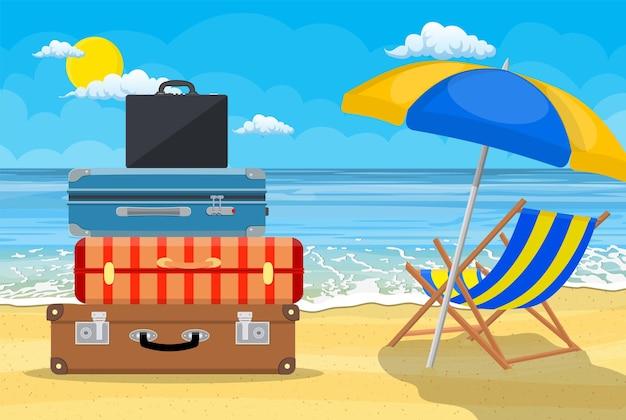 Bagagens, malas, malas com ícones de viagens e objetos em uma praia tropical