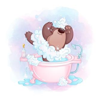 Bailarina de menina ursinho com roupas de espuma com sabão no banho.
